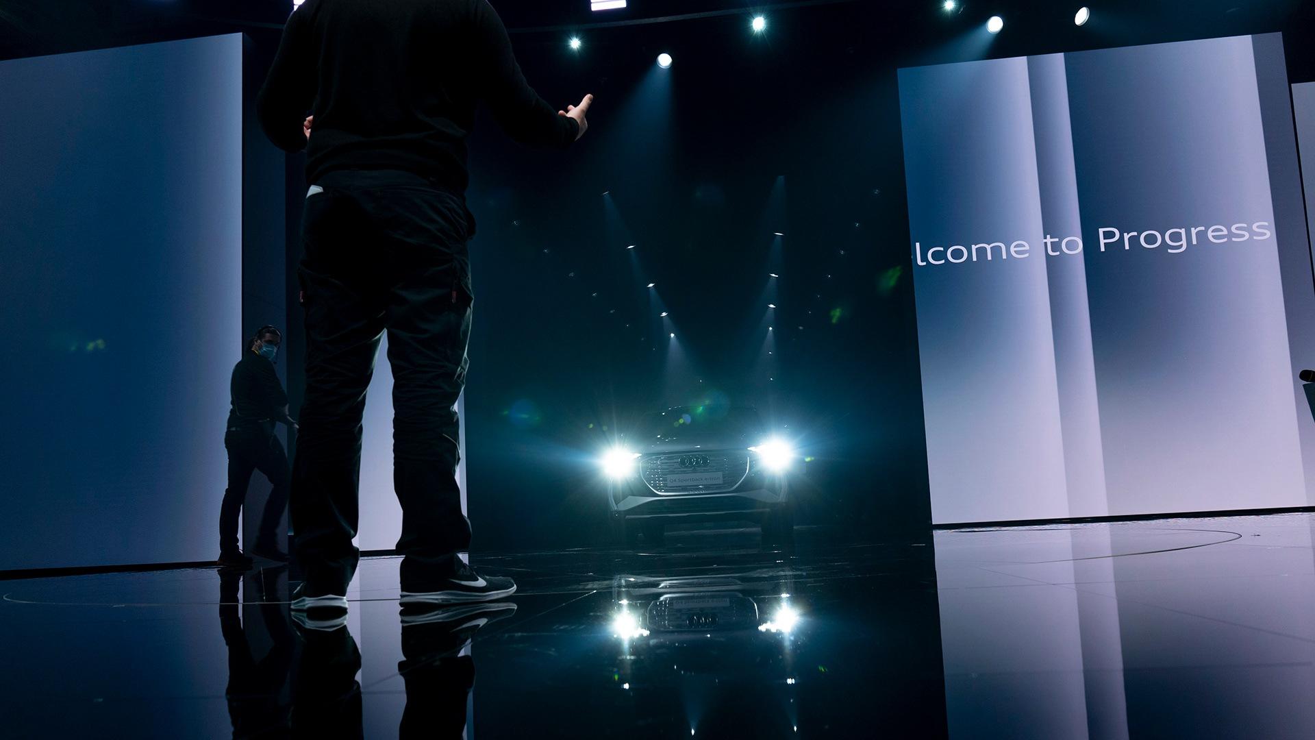 Občinstvo je čakalo trenutek svetovne premiere 14. aprila: oder je pripravljen na vstop Audija Q4 e-tron.