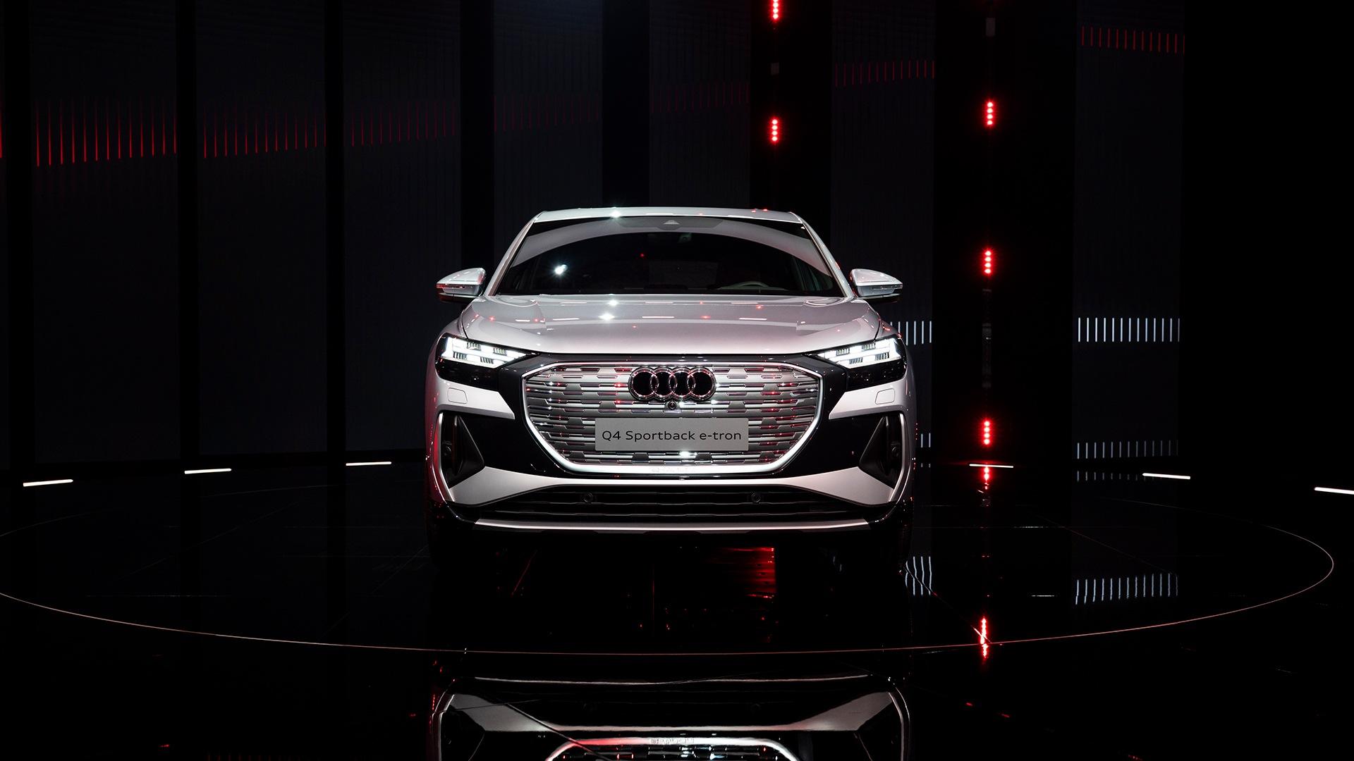 Audi Q4 Sportback e-tron je idealen za vsakodnevno vožnjo – prostoren prtljažnik in prvi serijski model s prilagodljivimi dinamičnimi dnevnimi žarometi.
