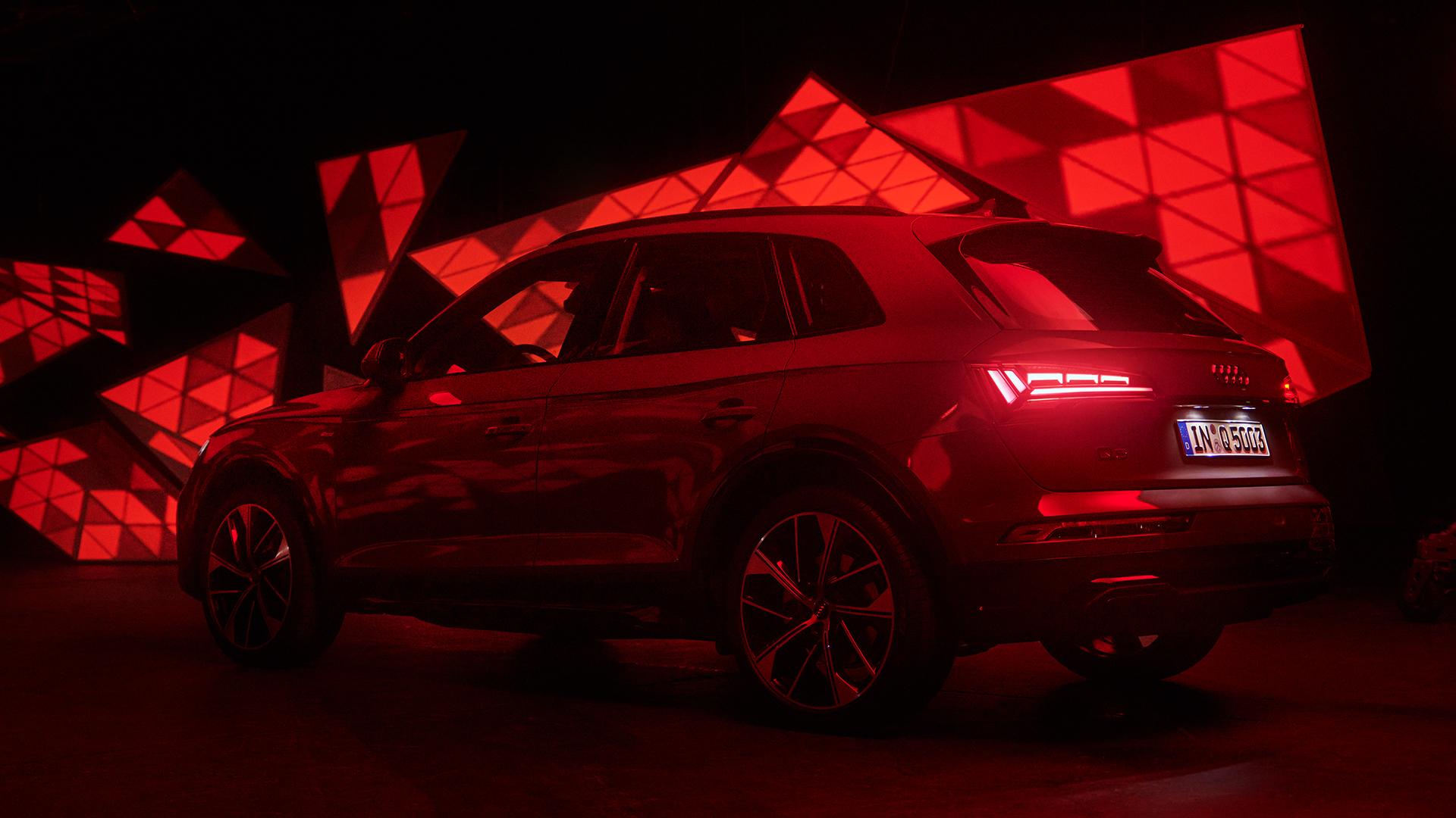 Audi Q5 SUV v abstraktnem svetlobnem okolju.