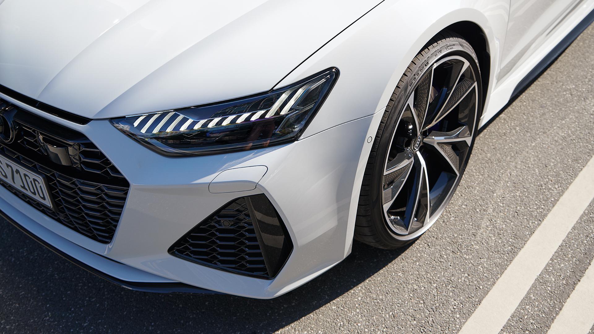 Dinamičen sprednji del ledeniško belega Audi RS 7 Sportbacka.